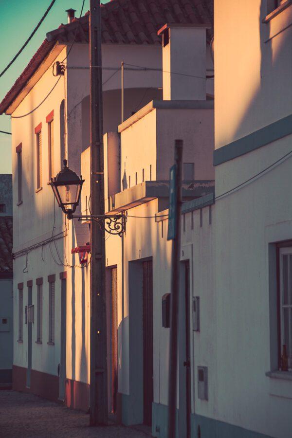 Abendstimmung in den Gassen von Sines - Portugal