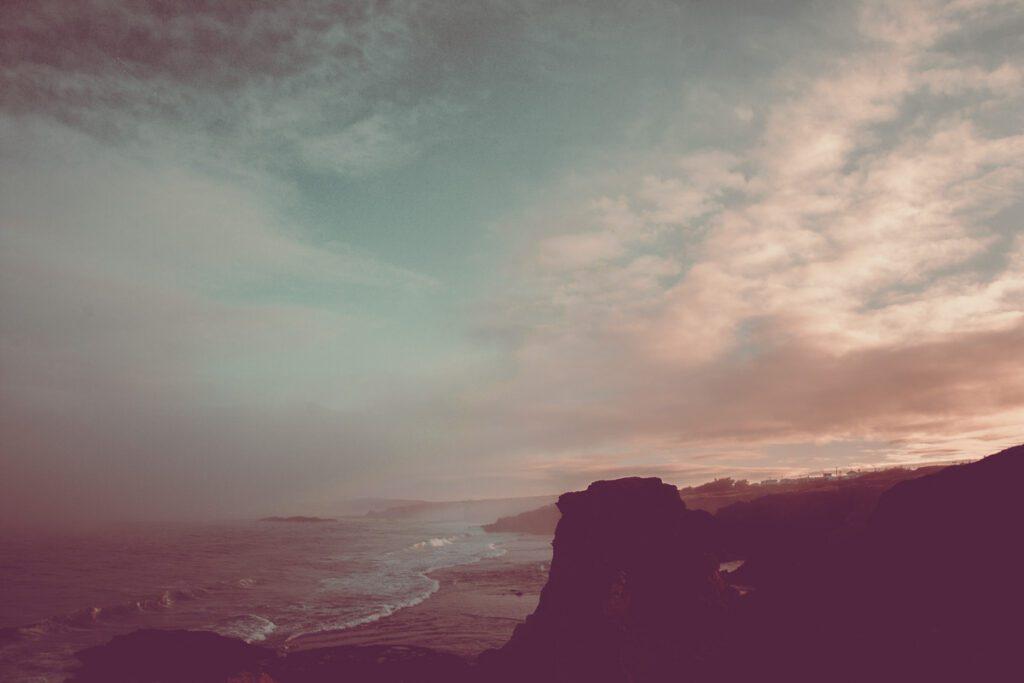 Atlantikküste im Sonnenuntergang - Felsen mit Meeresbrandung - Sines Portugal Wandbild