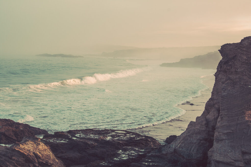 Atlantikküste Portugal mit ankommender Welle im Sonnenuntergang - Sines Portugal Wandbild