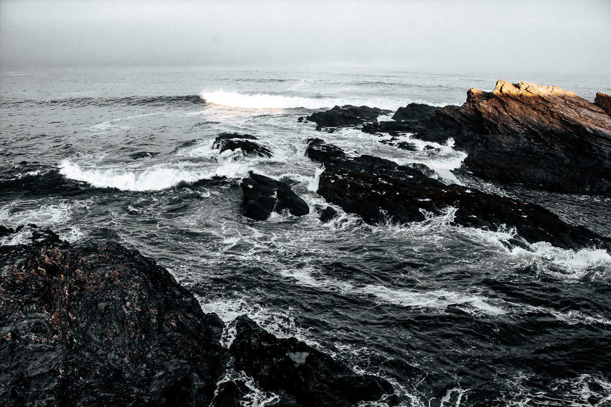Atlantikküste mit schroffen Felsen, Meeresbrandung bei Sines - Sines Portugal