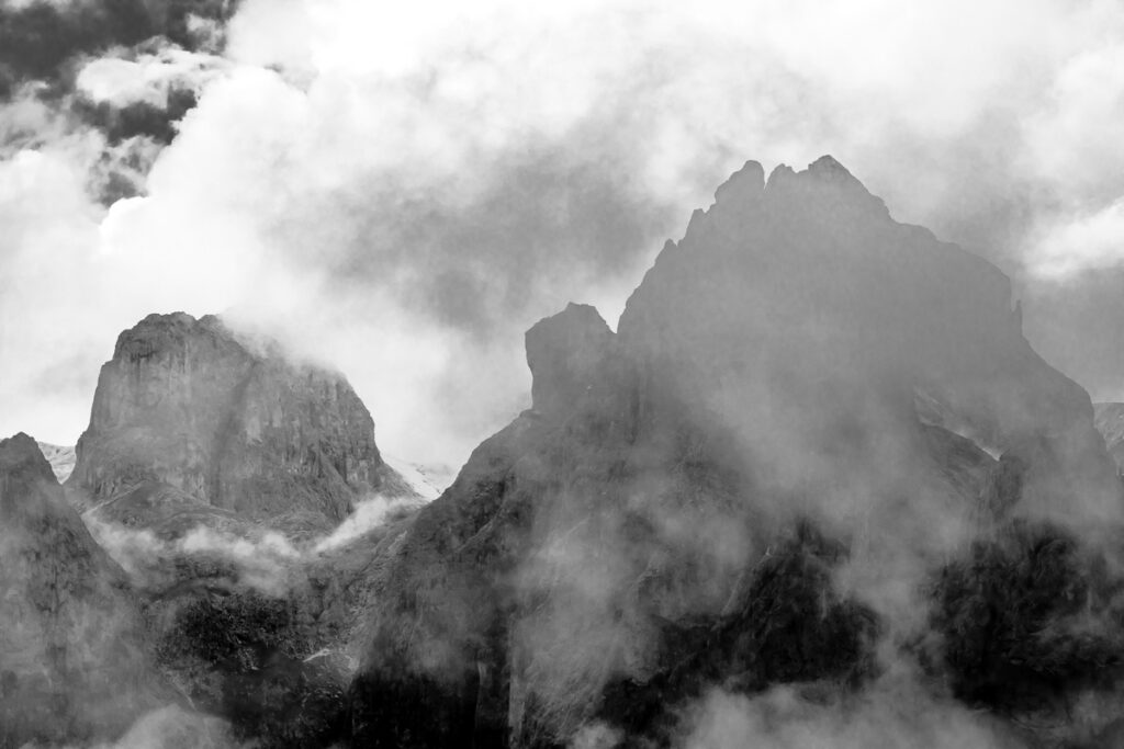 Dolomiten im Nebel – Schwarzweißfotografie Dolomiten, Südtirol