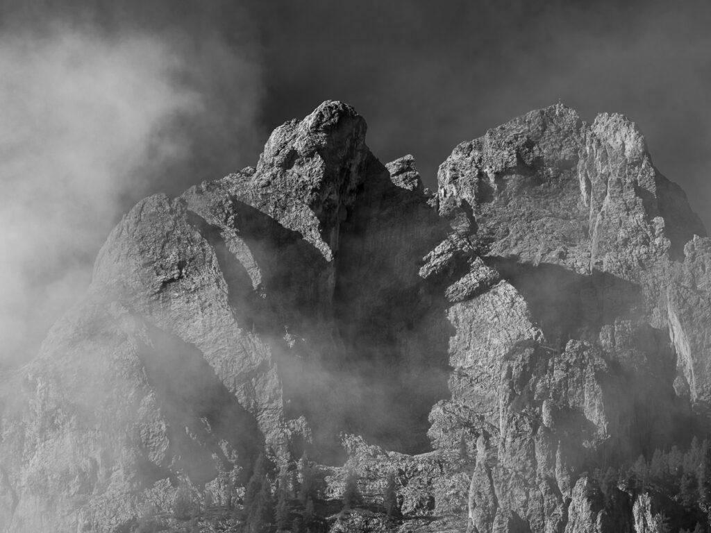 Dolomiten in den Wolken – Schwarzweißfotografie Dolomiten, Südtirol