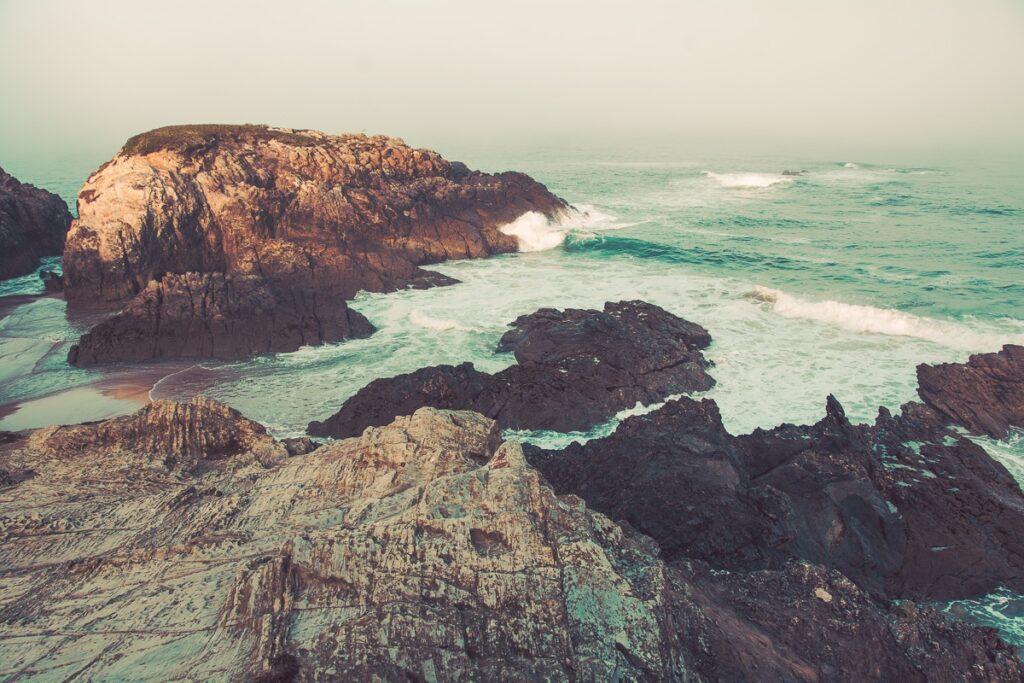 Wilde Felsenküste Portugal mit Meeresbrandung - Sines Portugal