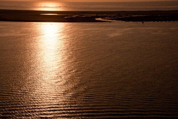 Gegenlichtaufnahme mit Sandbänken – Frankreich Atlantikküste.