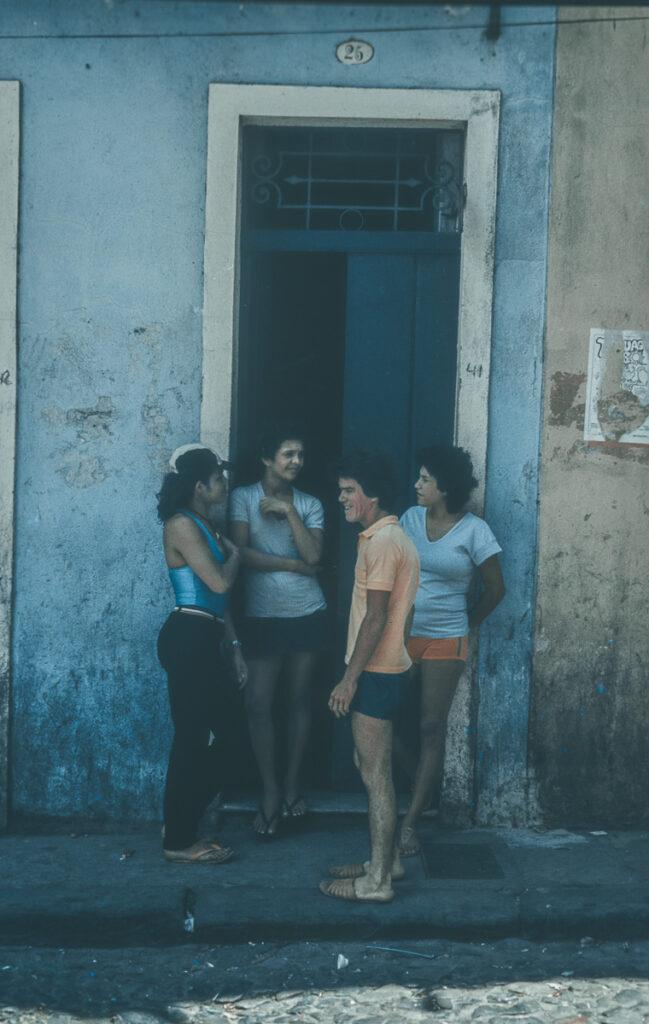 Gespräche unter Nachbarn – Vintage Bild