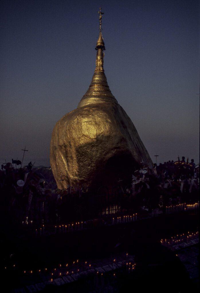 Goldene Fels auf Berg bei dem Städtchen Kyaikto - Myanmar