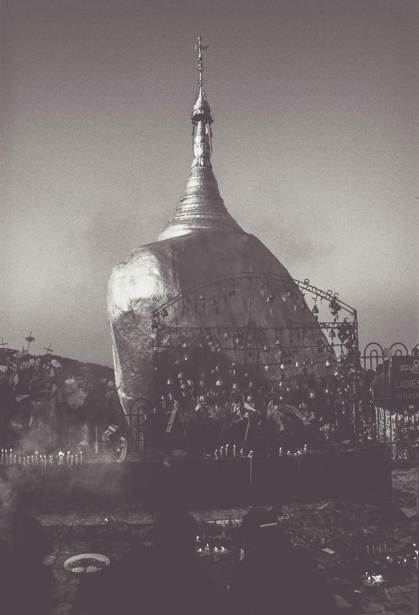 Goldener Fels auf Berg bei Kyaikto als Vintage Myanmar Bild
