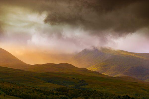 Highlands Schottland – dramatischer Wolkenhimmel in den Bergen – Isle of Skye, Schottland