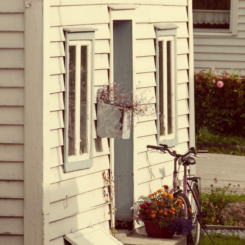 Holzhaus Blumenkasten Fahrrad - Wandbild Norwegen