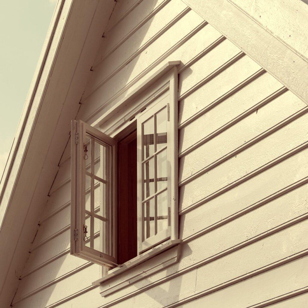 Holzhaus Giebel mit Holzfenster - Norwegen