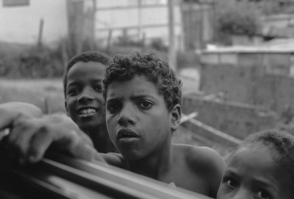 Jugendliche am Fenster – Vintage Wandbild Brasilien