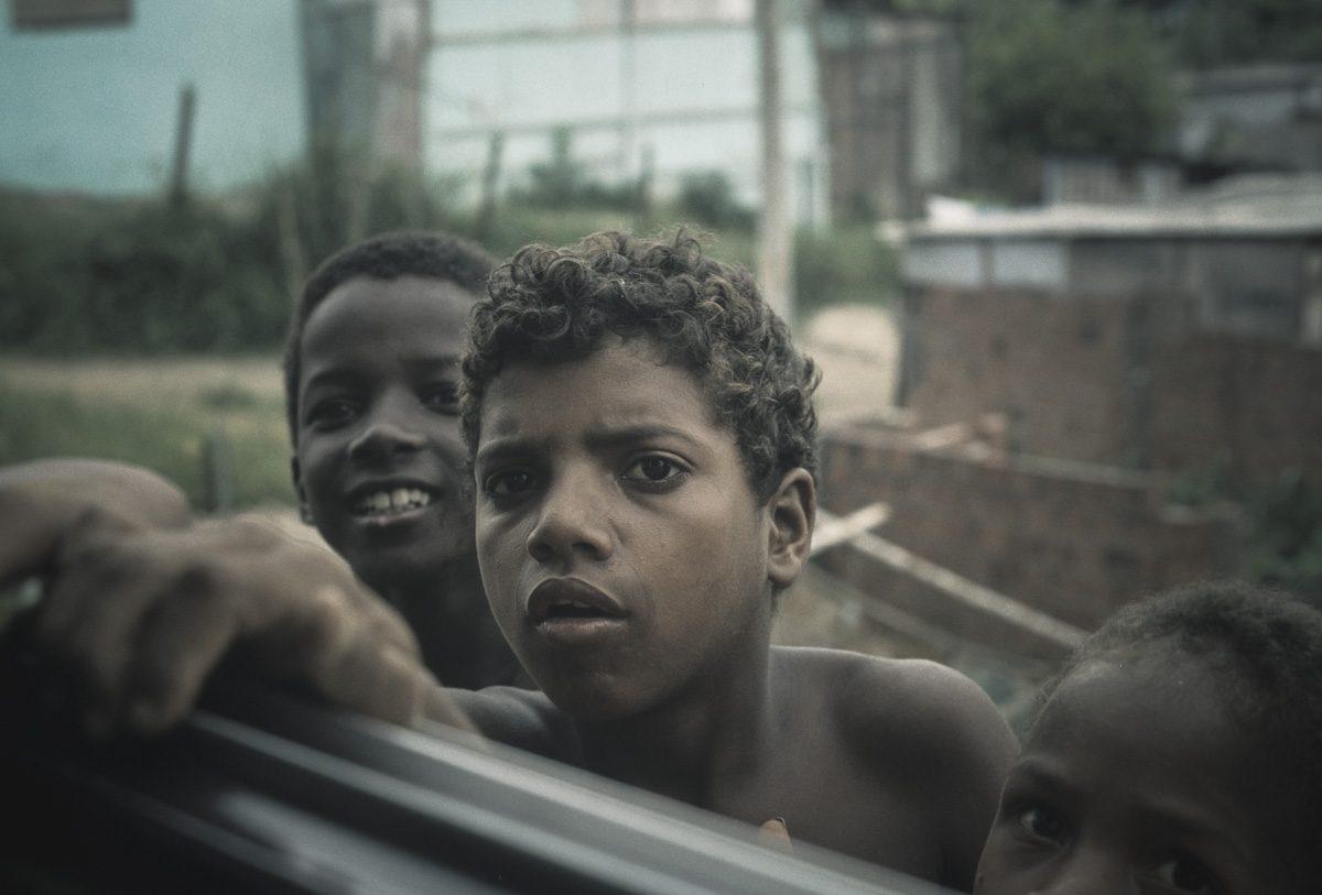 Jugendliche warten am Fenster – Vintage Wandbild Brasilien