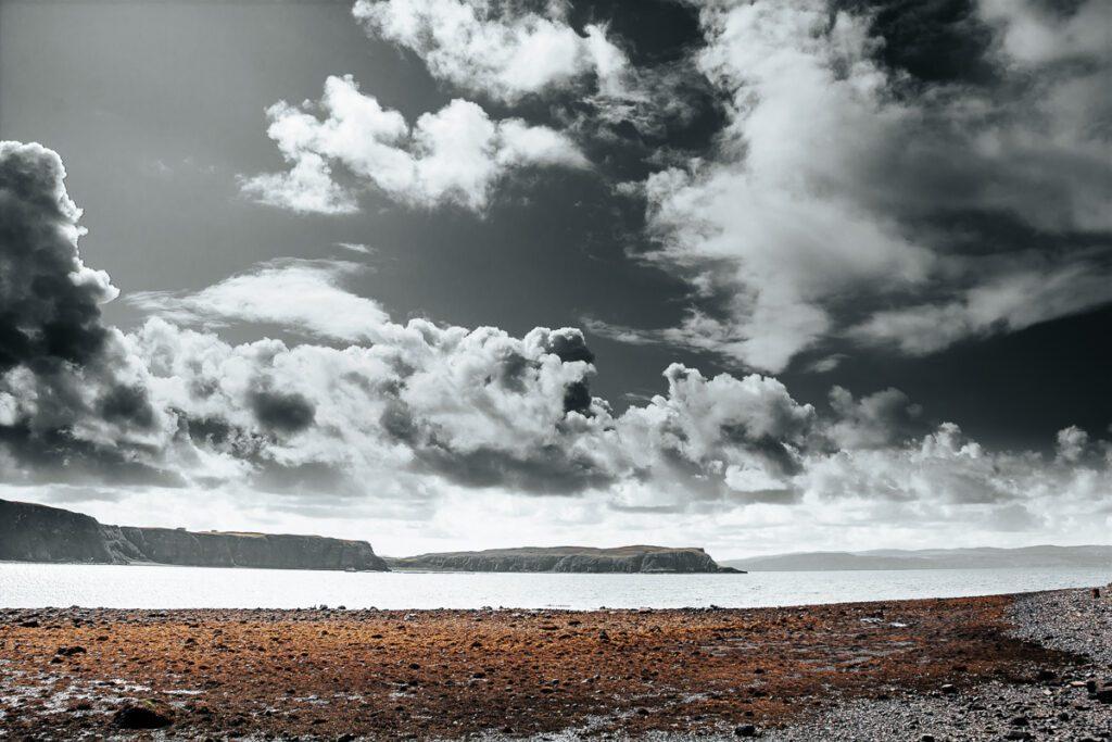 Karger Steinstrand an der Küste – Isle of Skye, Schottland