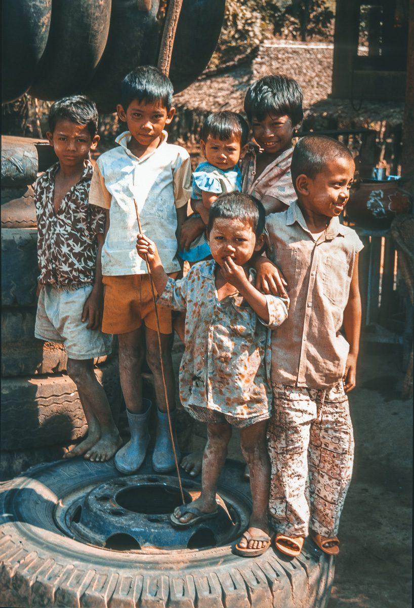 Kinder auf Lkw Reifen - Myanmar - Burma - Birma
