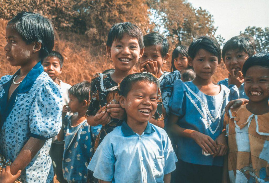 Kinder - farbenrohe Kleidung - Myanmar - Burma
