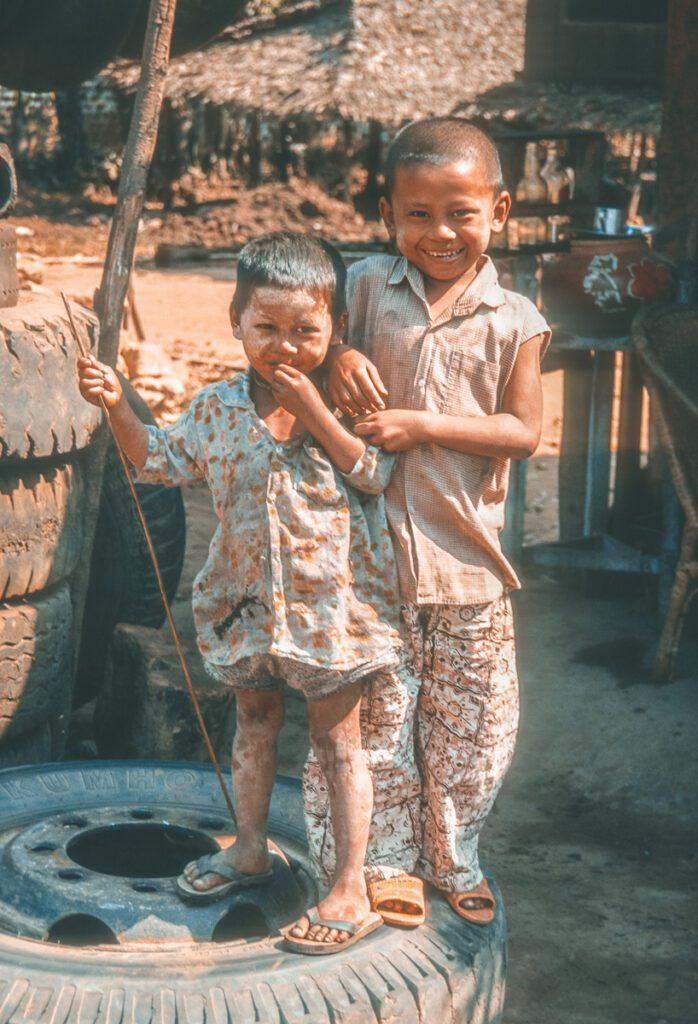 Zwei Kinder posieren auf Lkw Reifen - Myanmar - Burma - Birma