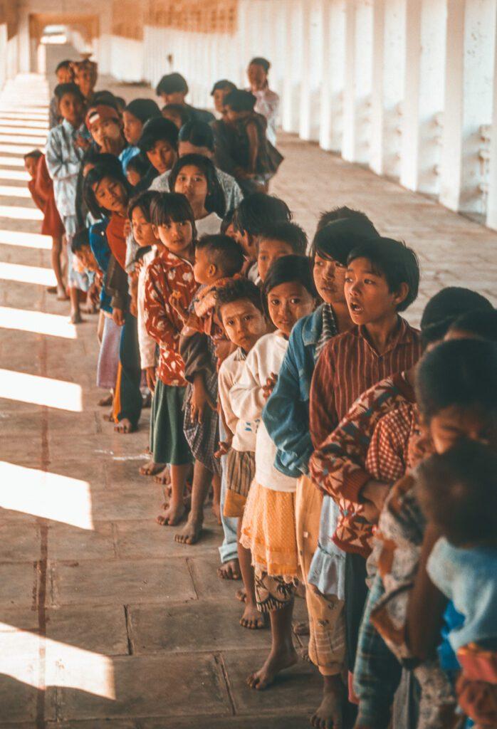 Kinder stehen in der Warteschlange - farbenfroh - Myanmar - Burma - Birma