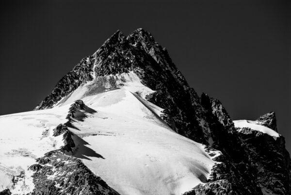 Schwarz-Weiß Fotografie - Landschaftsbild Großglockner mit Gletscher – Großglockner Wandbild