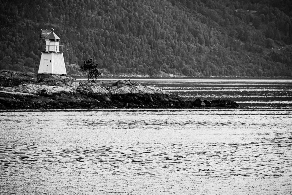 Leuchtturm auf Felsen, Küste Norwegen