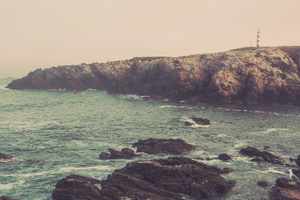 Leuchtturm mit Felsenküste - Atlantik