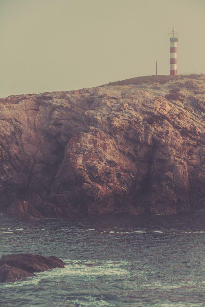 Leuchtturm bei Sines im Nebel - Felsenküste - Atlantikküste Portugal, Sandstrand mit Brandung - Sines Portugal