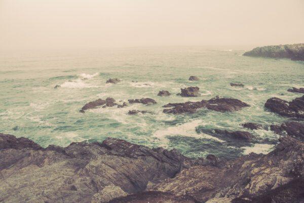Wilde Atlantikküste mit Felsen und Meeresbrandung bei Sines - Sines Portugal
