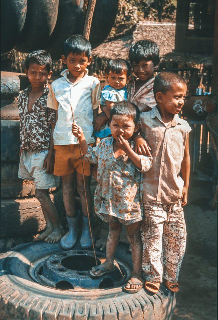 Mehrerer Kinder auf Lkw Reifen - Street Photography - Myanmar - Burma - Birma