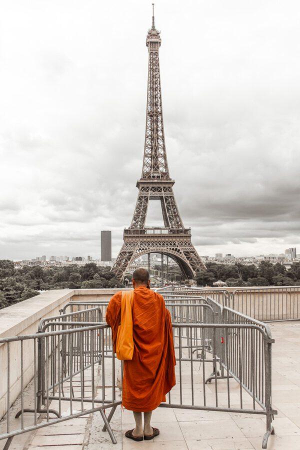 Mönch steht vor Eiffelturm in Paris – Wandbild