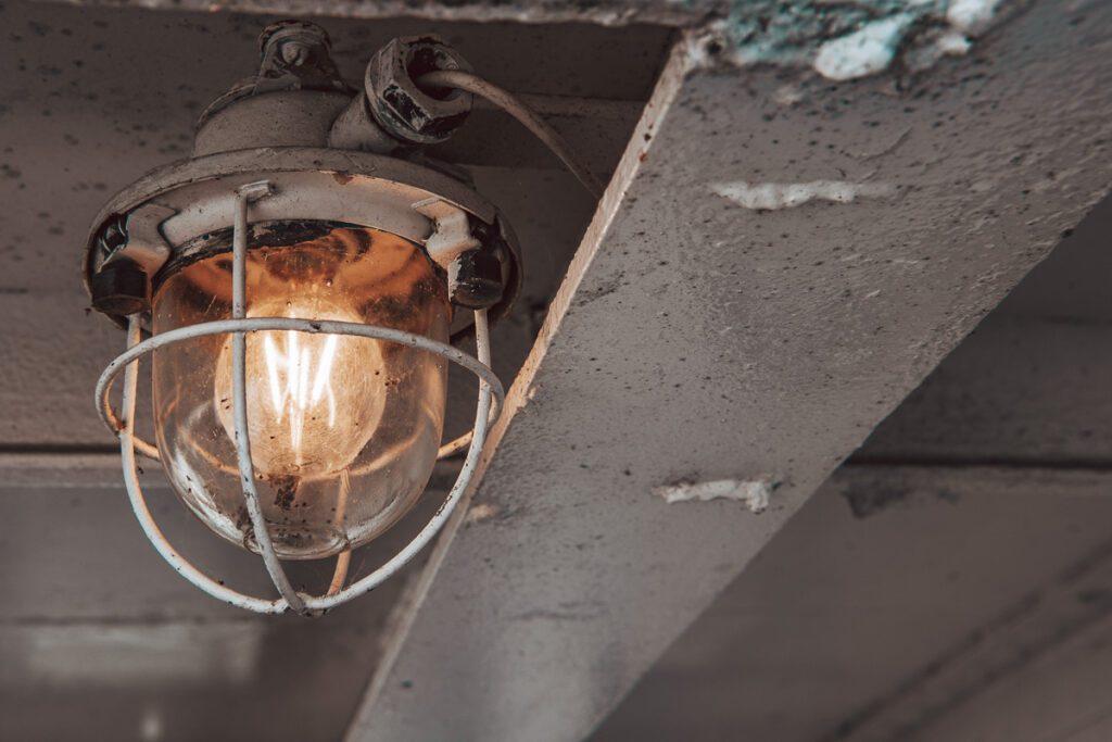 Rostige Maritime Lampe auf Segelboot – Maritimes Wandbild