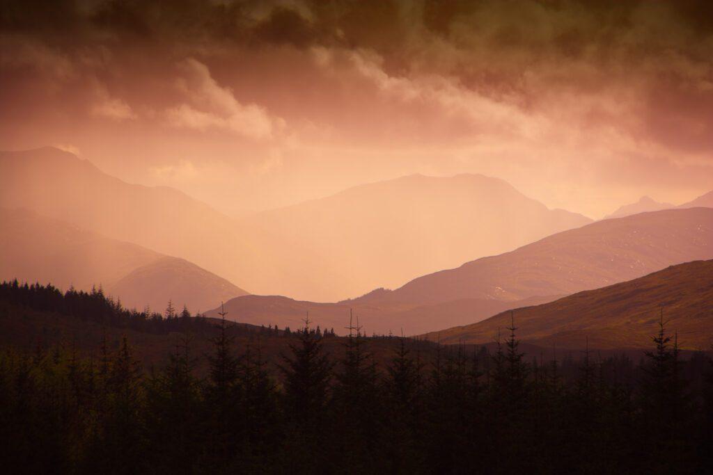 In den schottischen Highlands - Warme Lichtstimmung mit Bergen im Hintergrund – Wandbild Schottland