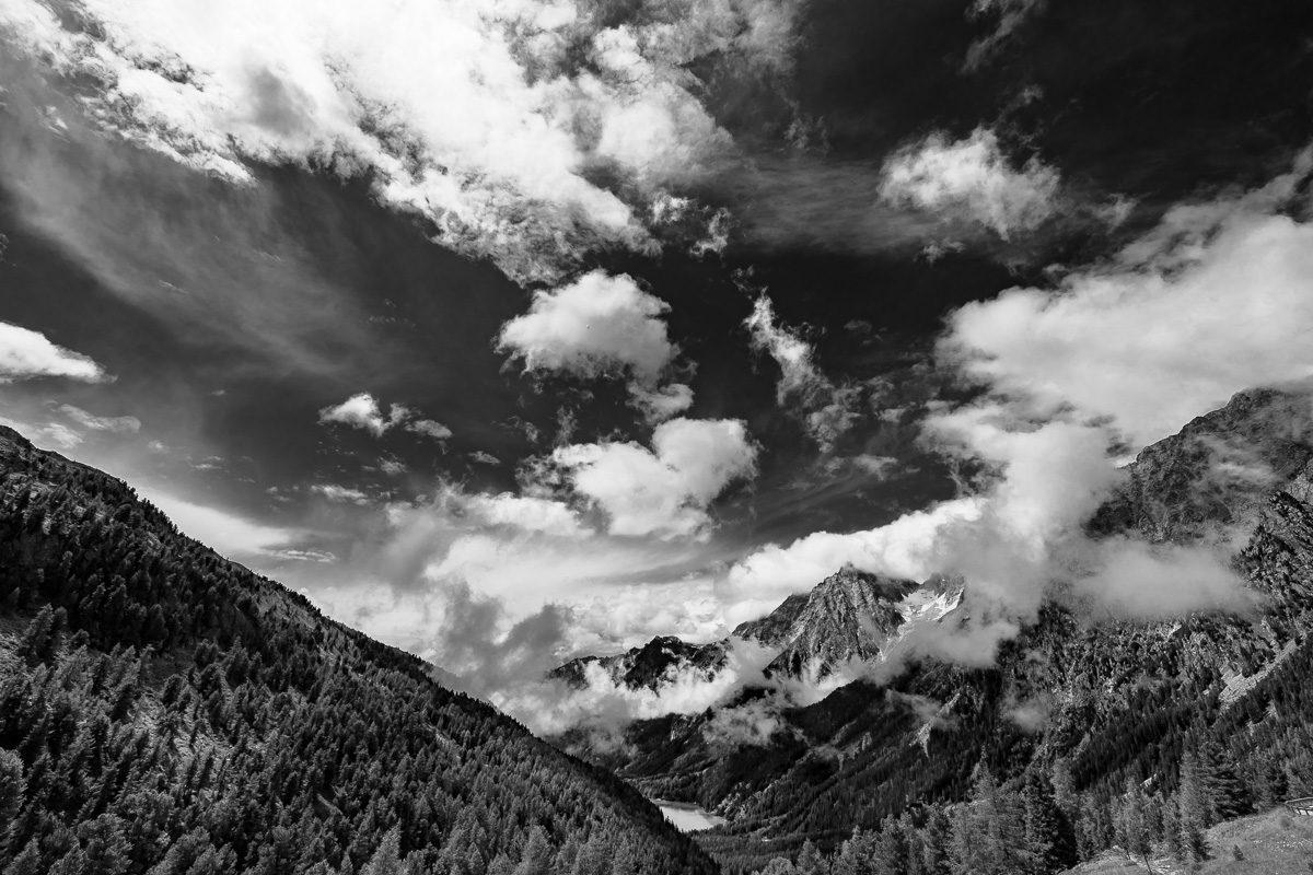 Schwarz-Weiß Landschaftsbild in den Bergen – Südtirol, Italien