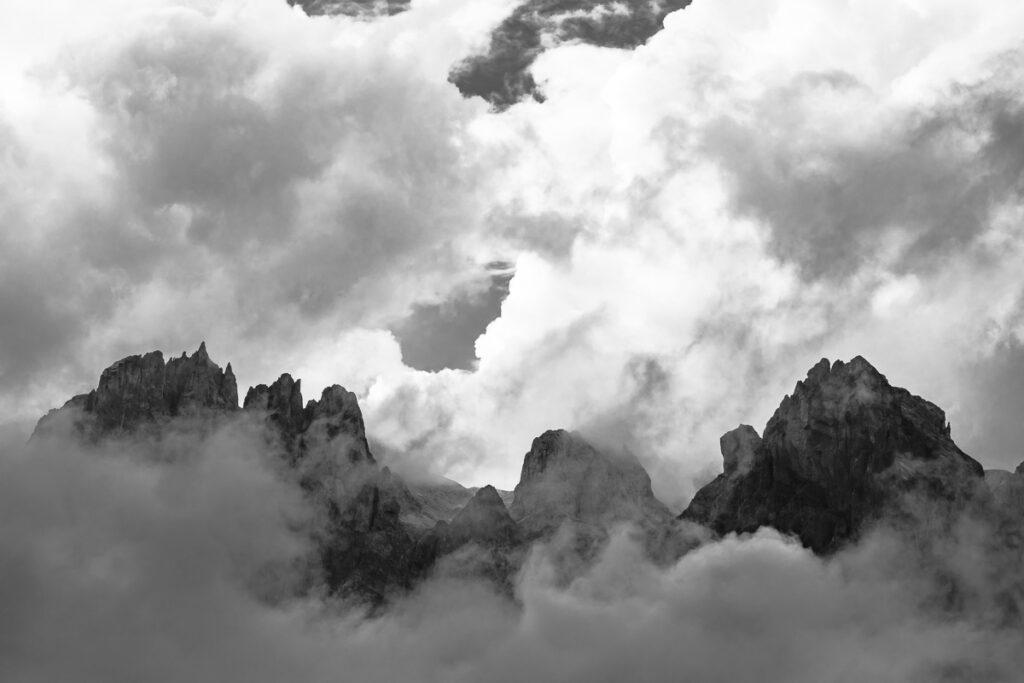 Schwarzweißfotografie - Wandbild Dolomiten in den Wolken – Dolomiten Südtirol, Italien