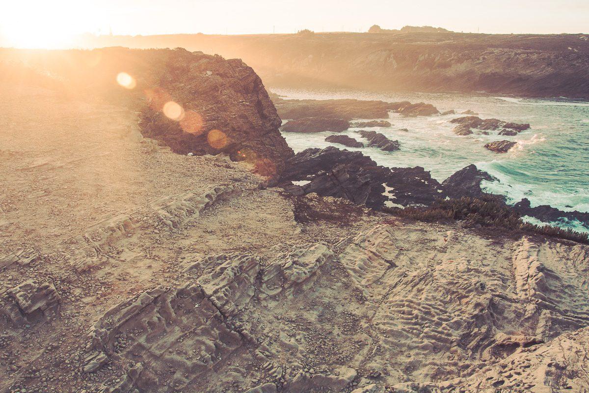 Sonnenuntergang Atlantikküste mit schroffen Felsen - Sines Portugal