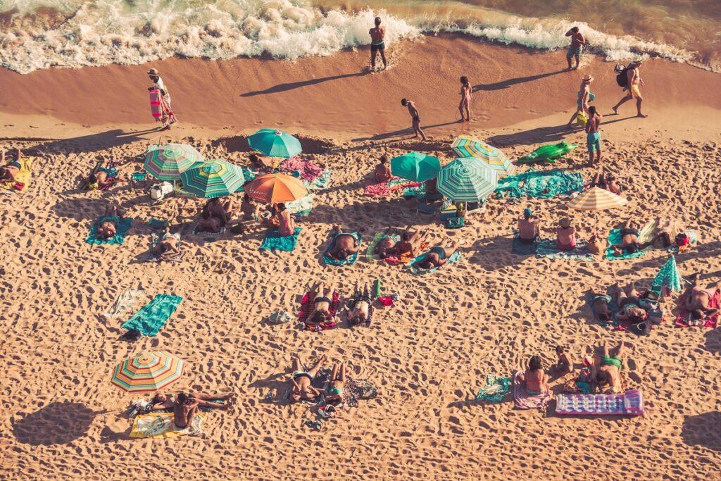 Am Strand der Algarve - Sonnenschirme - Luftmatratzen - Strand - Portugal
