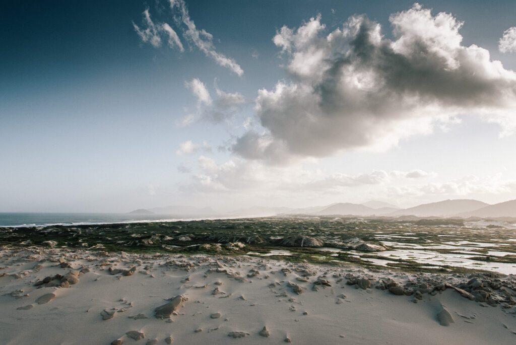 Wolken - Strand mit Dünen am Joaquina Beach - Praia da Joaquina - Florianópolis, Floripa Brasilien, Brasil, Brazil