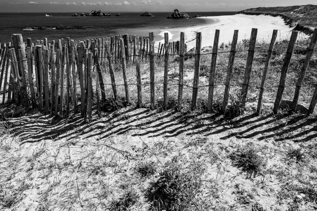 Strand mit Felseninseln und Holzzaun – Île-d'Houat , Bretagne