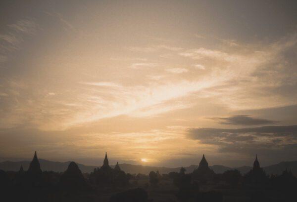 Stupas und Pagoden Bagan im Sonnenuntergang- Myanmar - Burma - Birma