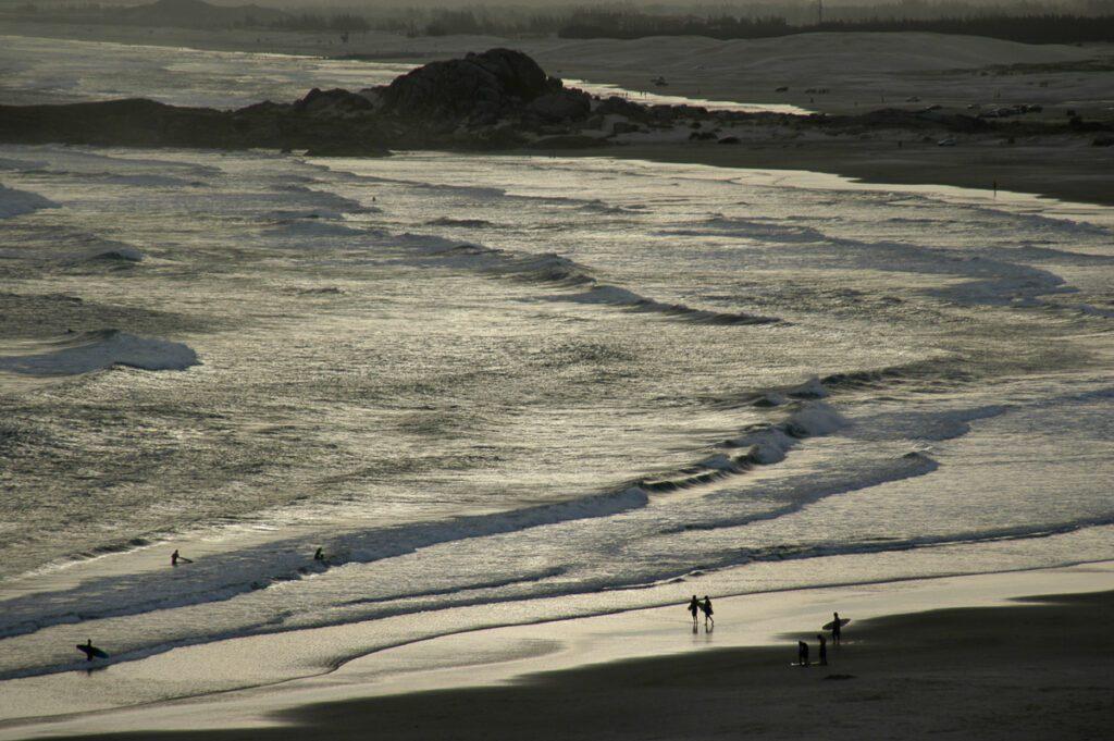 Strand - Surfer mit Dünen am Joaquina Beach - Praia da Joaquina - Florianópolis, Floripa Brasilien, Brasil, Brazil