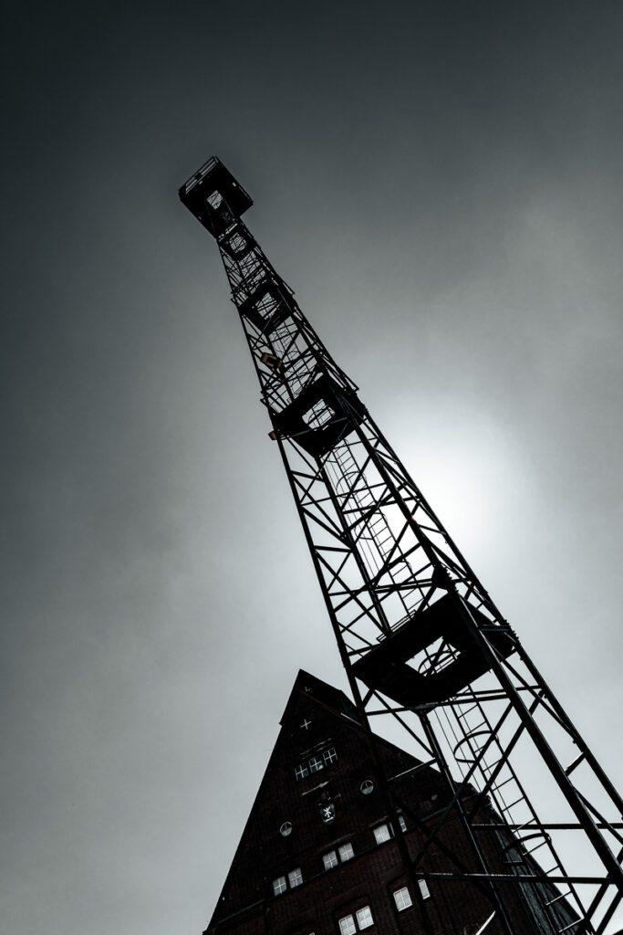 Turm, Fährbrücke, Hafeninsel Stralsund - Turm im Gegenlicht