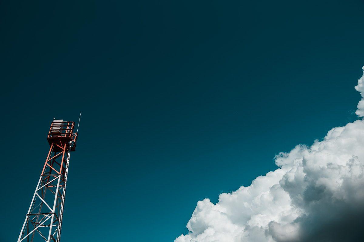 Turm mit Wolkenhimmel - Maritimes Wandbild