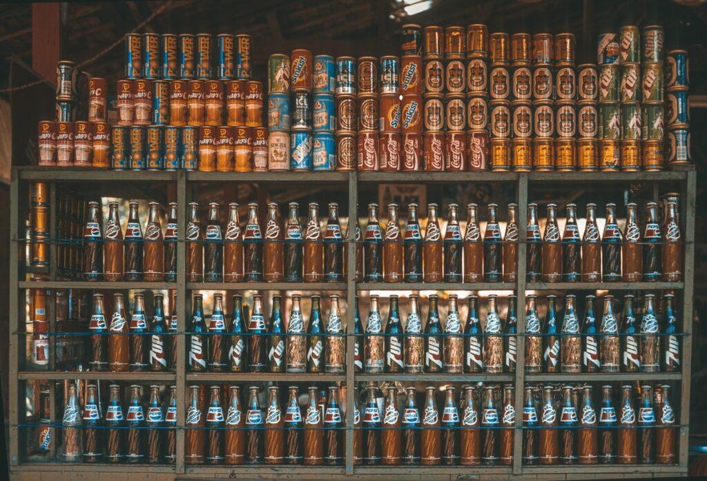 Vintage Getränke in Schaufenster - Cola und Softdrinks - Vintage Street Photography - Myanmar - Burma - Birma