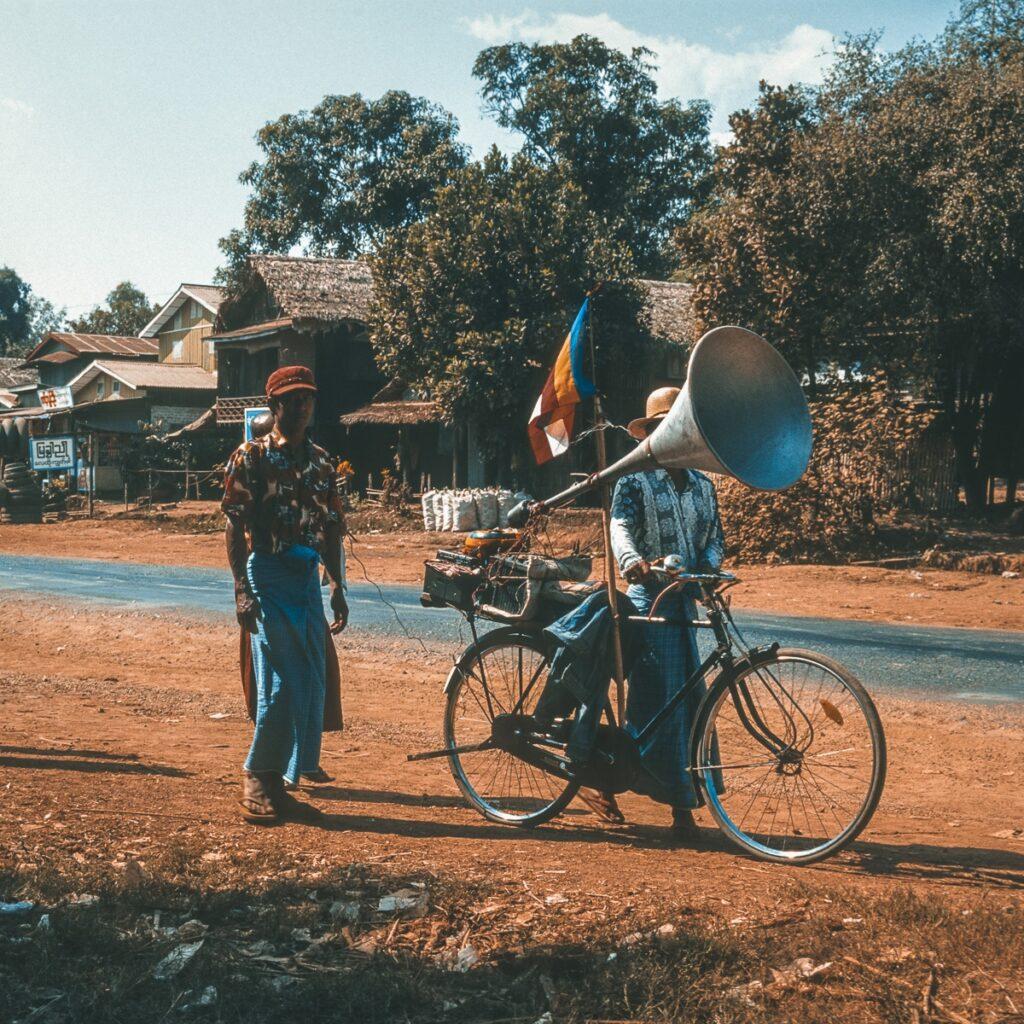 Vintage Street Photography - Durchsage mit Trichter als Lautsprecher Myanmar - Burma - Birma