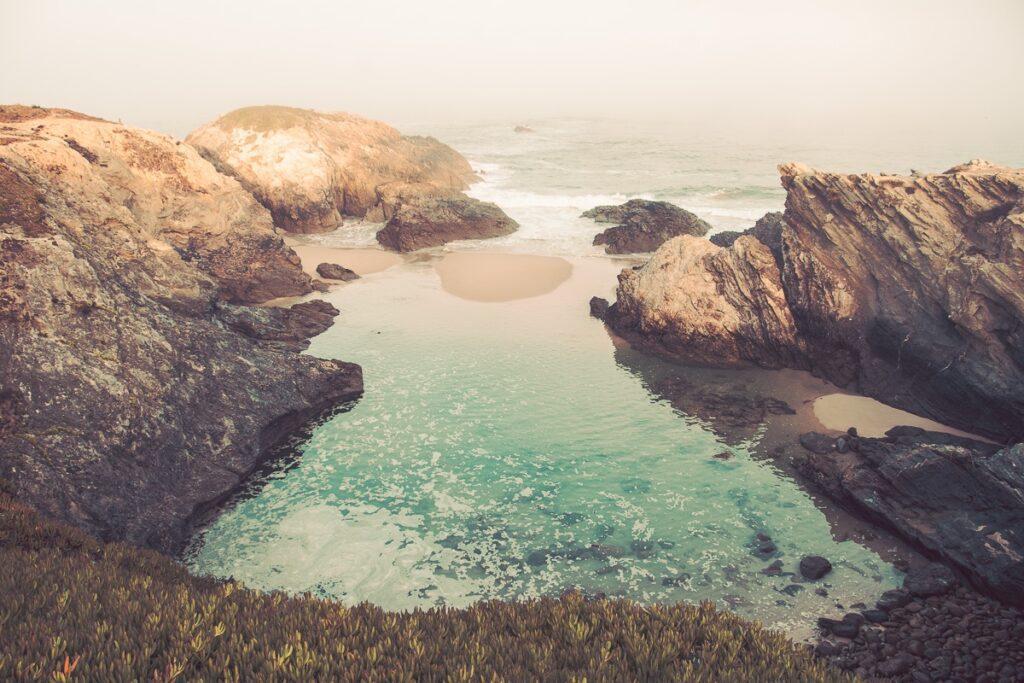 Wilde Atlantikküste mit Felsenbucht bei Sines, Sandstrand mit Brandung - Sines Portugal