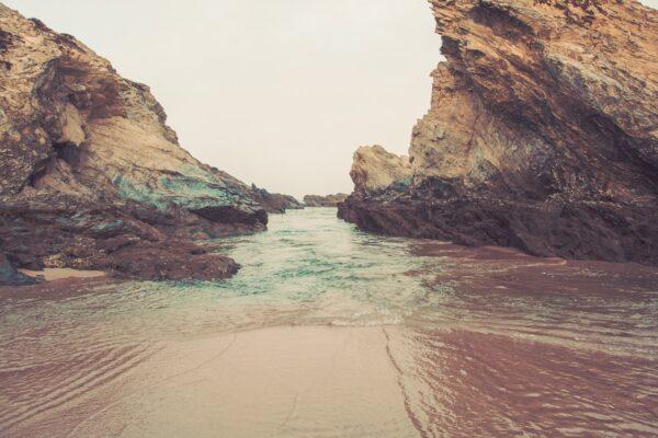 Wilde Atlantikküste - Felsen und Sandstrand, Meeresbrandung - Sines Portugal