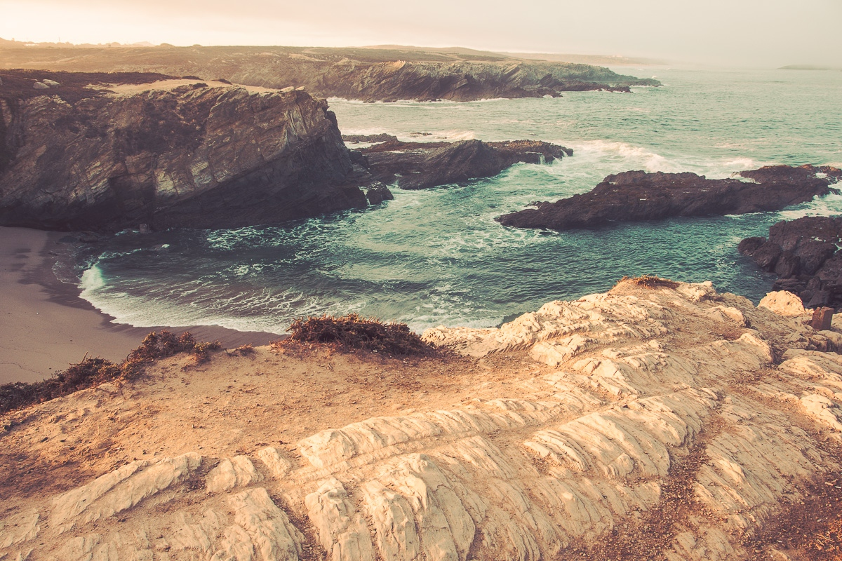 Wilde Atlantikküste mit Felsen und Sandstrand, Meeresbrandung bei Sines - Sines Portugal