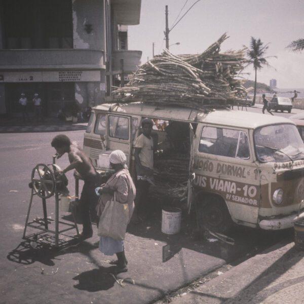 Zuckerrohrsaft Straßenverkauf, Bulli mit Zuckerrohr am Dach - Vintage Brasilien