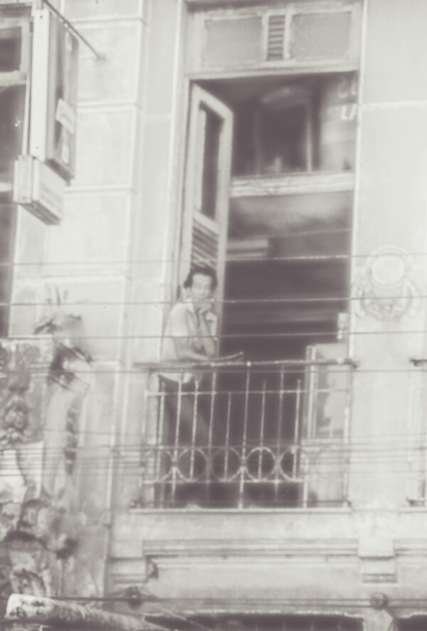 Nachdenklich am Balkon – Vintage Wandbild Brasilien