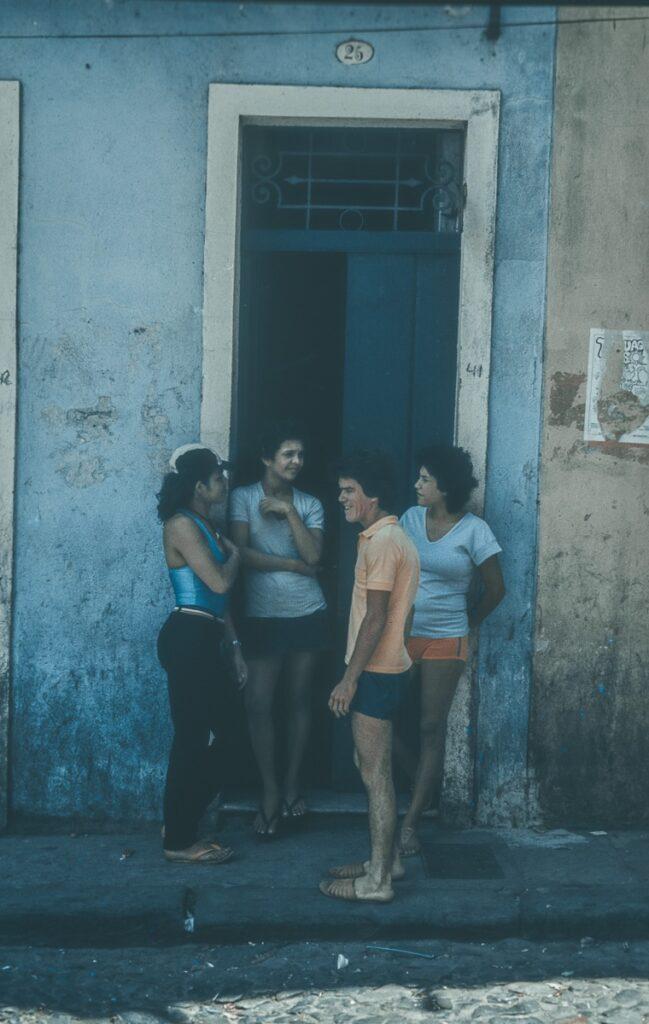 Straßenszen - Gespräche mit Nachbarn – Vintage Bild