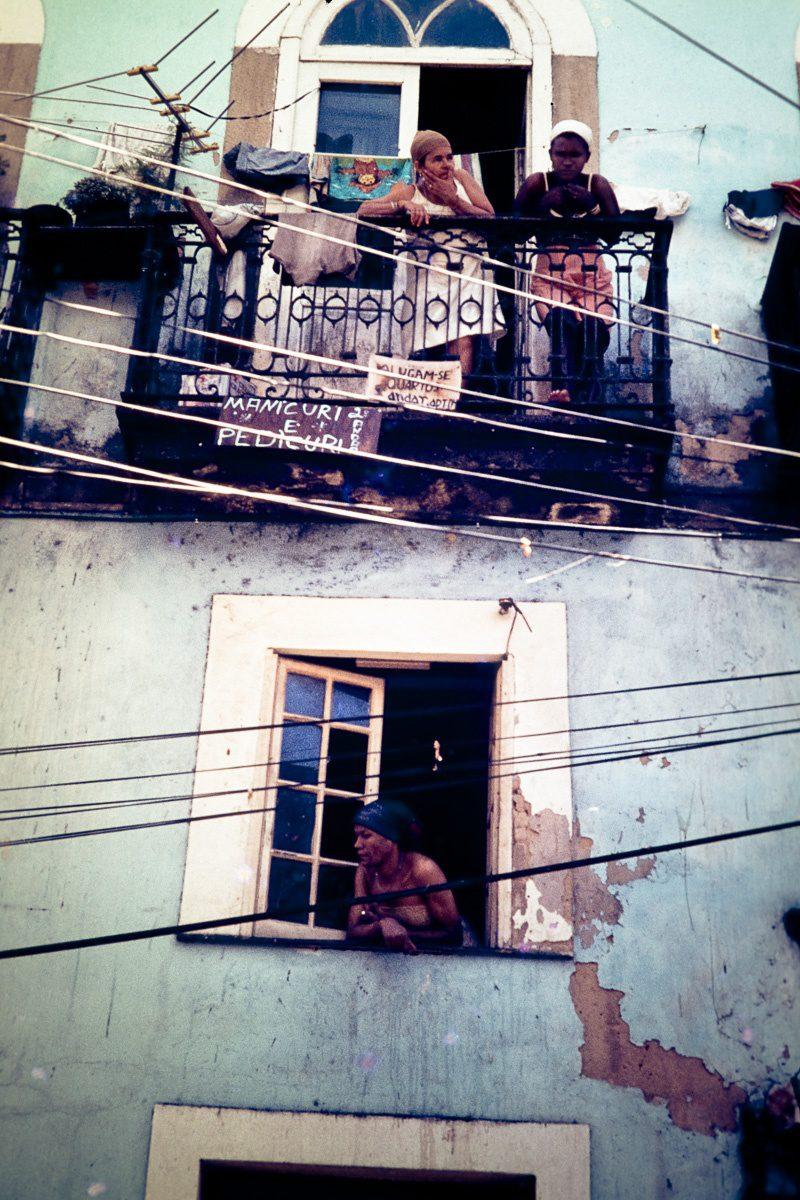 Vintage Bild Brasilien – Straßenszene mit Frauen am Fenster und Balkon