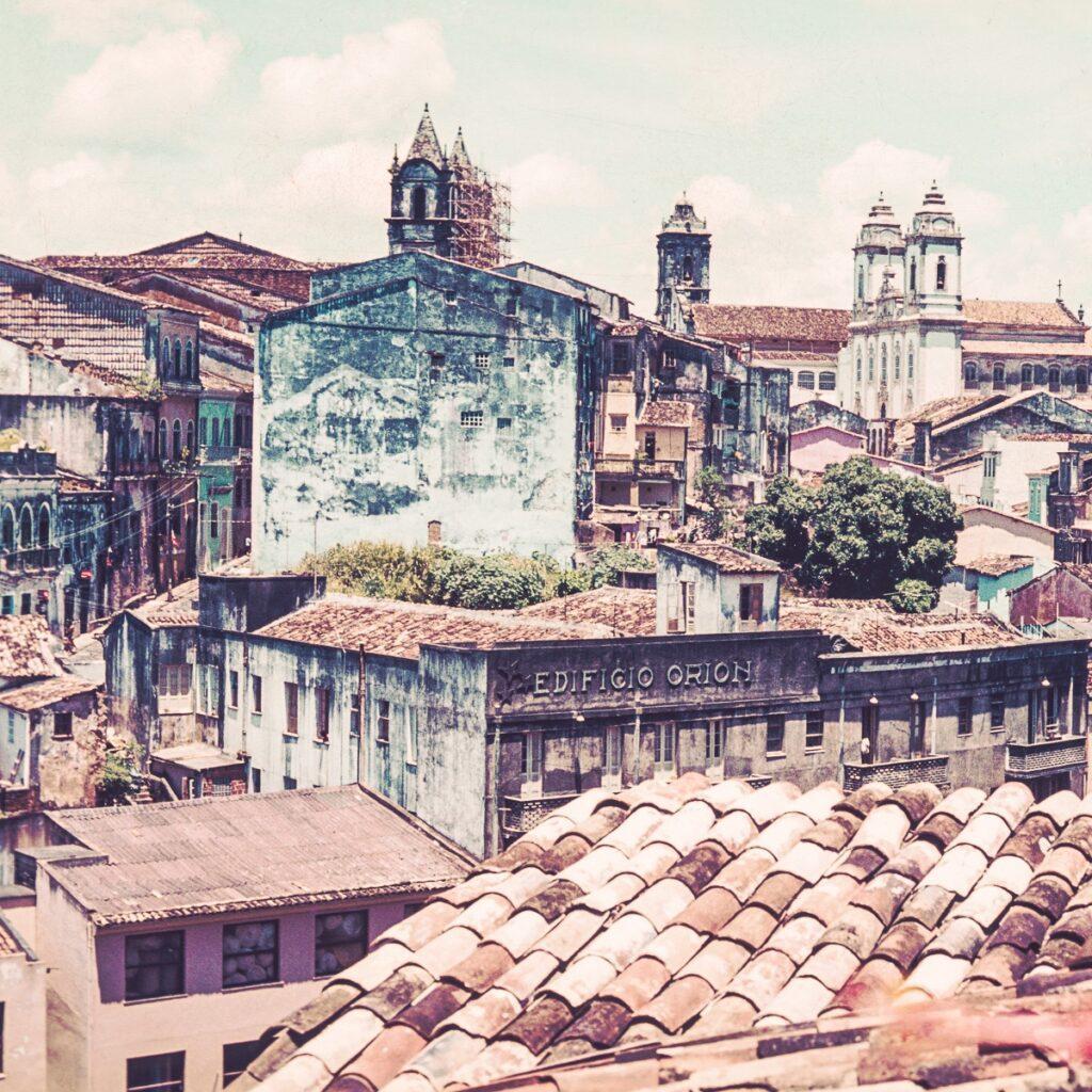 Vintage Wandbild über den Dächern in Brasilien – Wandbild Straßenszene Brasilien
